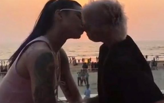 917_vj-bani-and-sapna-bhavnani-kissing_thumbnail.jpg